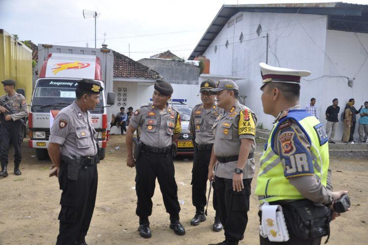 Kapolres Banjar AKBP Yulian Perdana (dua kanan) saat berdiskusi sebelum melepas logistik pemilu di Gudang KPU Kota Banjar, Senin (15/4/2019).