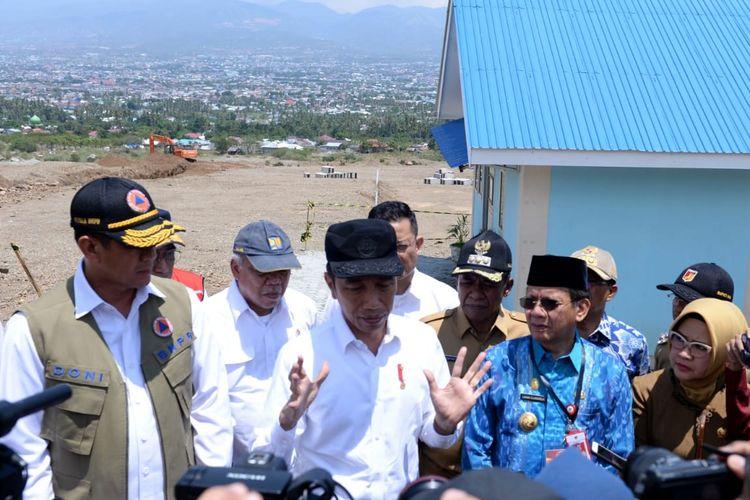 Presiden Joko Widodo dan Ibu Negara Iriana langsung meninjau proyek penyediaan hunian tetap bagi korban gempa begitu tiba di Kota Palu, Provinsi Sulawesi Tengah, Selasa (29/10/2019).