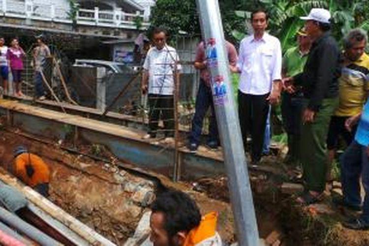 Gubernur Jakarta Joko Widodo saat meninjau amblasnya Jalan TB Simatupang, Jakarta Selatan, Selasa (14/1/2014).