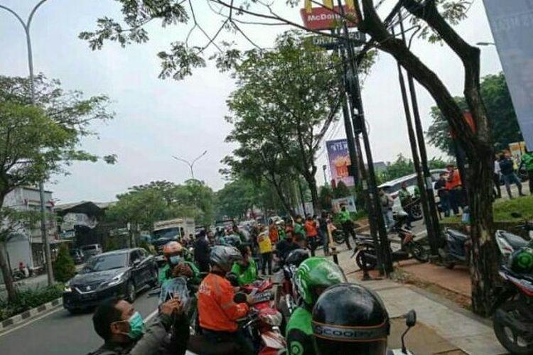 Sejumlah driver ojek online (ojol) memiliki cerita tersendiri setelah mendapatkan order menu BTS Meal yang menimbulkan antrean panjang di sebagaian besar gerai McDonald's (McD). Antrean panjang juga terjadi McD Ciater, Serpong, Tangerang Selatan, Rabu (9/6/2021).