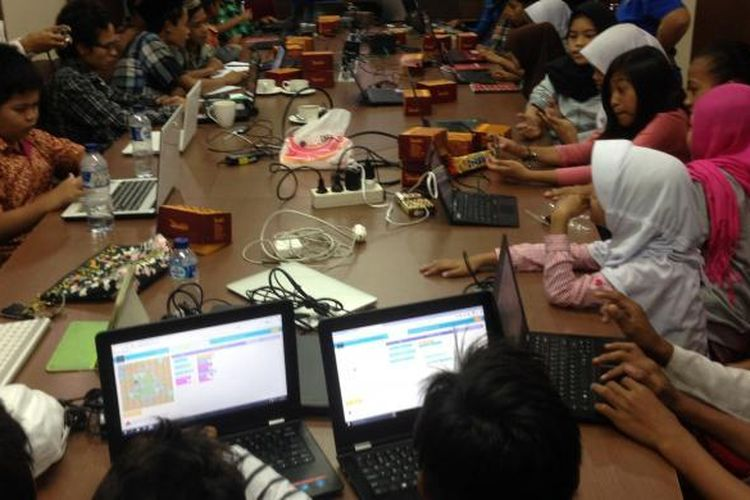 Tidak kurang 30 anak-anak, Sabtu (8/10) belajar membuat game dengan metode bermain game. Ini diharapkan menjadi pintu masuk untuk memahami bahasa pemrograman komputer yang menjadi dasar logika digital di era masyarakat informasi. Kompas/Ingki Rinaldi