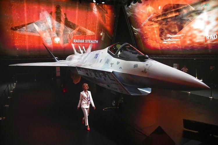 Sebuah prototipe jet tempur Rusia ditampilkan di MAKS-2021 di Zhukovsky, Rusia, Selasa (20/7/2021). Rusia mempresentasikan prototipe jet tempur terbaru tersebut. Presiden Rusia Vladimir Putin memeriksa pesawat tempur baru yang dipamerkan di MAKS-2021.