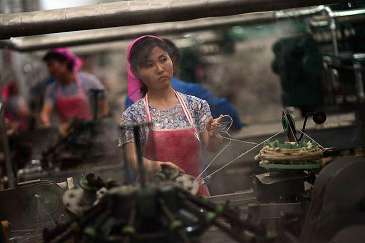 Pekerja Korea Utara tengah menjalankan aktivitasnya di sebuah pabrik tekstil di Pyongyang.