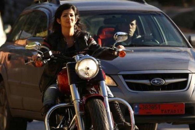 Lady biker dan tato artis Henriette Ibrahim mengendarai Harley Davidson-nya di Kota Broumana, Timur Laut Ibukota Beirut, 5 Desember 2015.