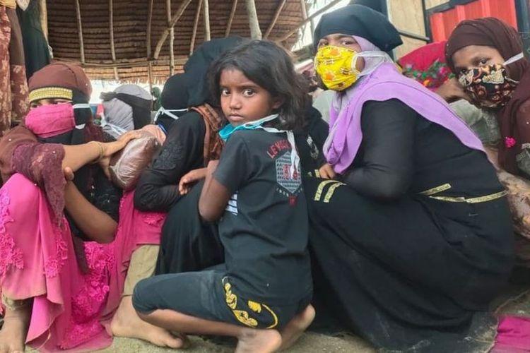 Terdapat 14 anak-anak dari 297 orang pengungsi etnis Rohingya yang mendarat di pantai Lhokseumawe, Aceh, Senin dini hari.