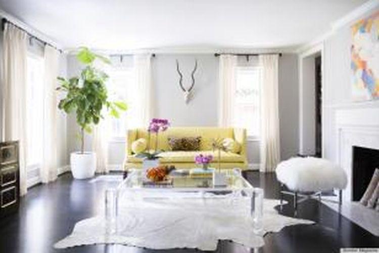 Ilustrasi dekorasi interior yang tepat. Salah satu solusi membuat tampilan interior lebih tinggi adalah dengan memasang gorden yang lebih tinggi dari jendela dan membiarkan gorden menjuntai hingga lantai.