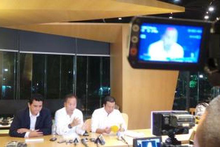 Poempida Hidayatullah, Agus Gumiwang, dan Nusron Wahid (kiri-kanan), tiga kader Partai Golkar yang dipecat karena mendukung calon presiden dan wakil presiden Joko Widodo-Jusuf Kalla, berbicara kepada wartawan, Selasa (24/6/2014) di Jakarta.