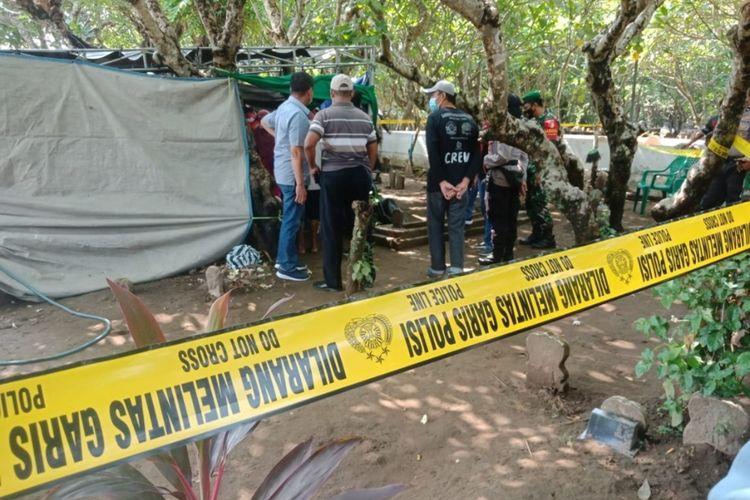 Garis polisi dipasang di area pemakaman umum Desa Sambong Dukuh, Kecamatan Jombang, Kabupaten Jombang, Jawa Timur, saat pihak kepolisian membongkar salah satu makam yang diduga menjadi korban pembunuhan, Jumat (23/10/2020).