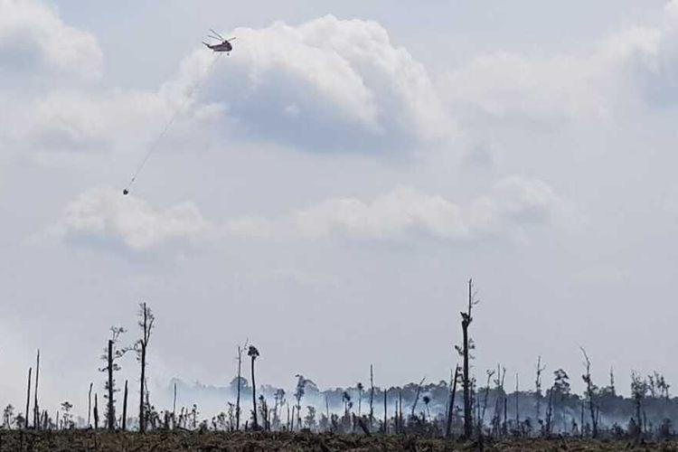 Dua helikopter melakukan water bombing pada titik api karhutla yang terjadi di perbatasan Desa Merbau, Kecamatan Bunut dengan Desa Pangkalan Terap, Kecamatan Teluk Meranti, Kabupaten Pelalawan, Riau, Senin (29/6/2020).