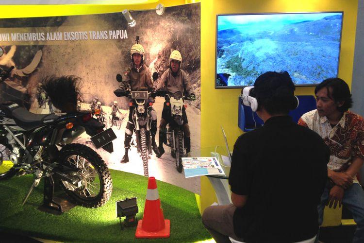 Salah seorang pengunjung sedang menggunakan kacamata VR di booth Kementerian PUPR di GIIAS 2017.