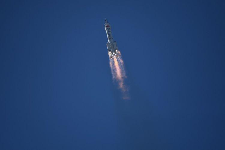 Roket Long March-2F, membawa pesawat ruang angkasa Shenzhou-12 dan 3 awak astronot, menuju ke orbit setelah lepas landas dari Pusat Peluncuran Satelit Jiuquan di gurun Gobi di barat laut China pada 17 Juni 2021. Ini adalah misi berawak pertama ke stasiun luar angkasa baru China.