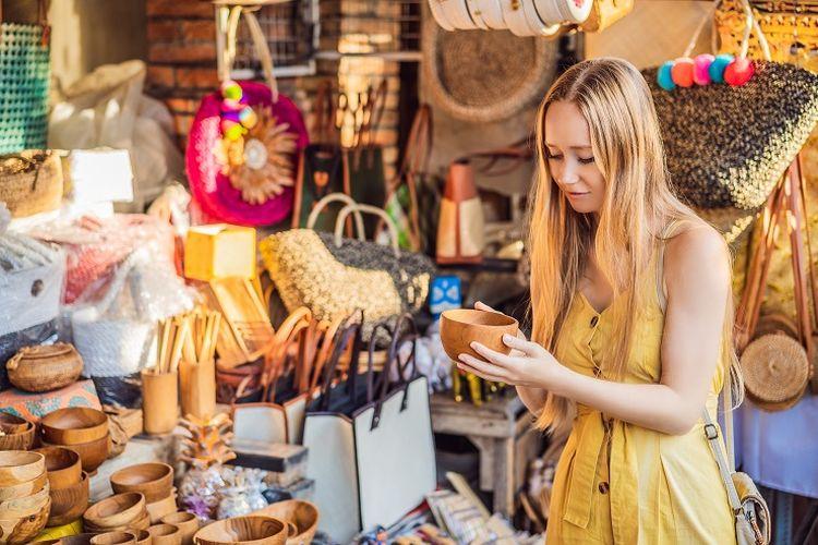 Ilustrasi wisatawan - Seorang turis asing sedang berbelanja di Pasar Seni Ubud, Bali.