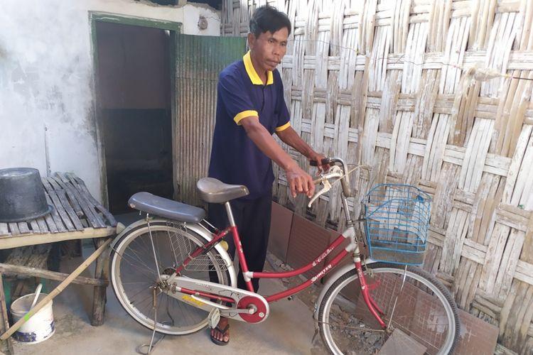 Sepeda milik Lailatul Qomariyah, anak sulung Saningrat yang digunakan untuk pulang pergi kuliah selama beberapa tahun di Institut Teknologi Sepuluh Nopember (ITS) Surabaya hingga lulus doktor.