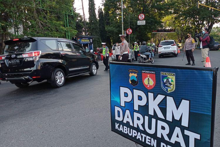 Satlantas Polres Demak Jawa Tengah memeriksa setiap kendaraan yang masuk ke Kota Demak saat melakukan penyekatan di pertigaan Bogorame Jalan Sultan Fatah Demak, Selasa (6/7/2021) sore.