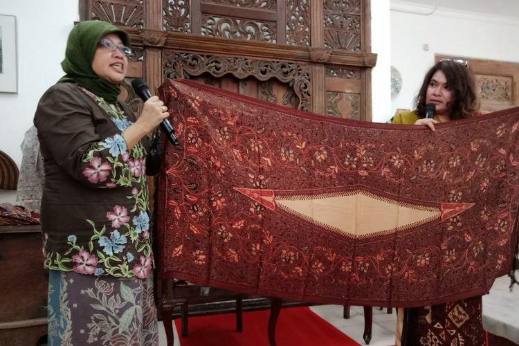 Owner Galeri Buana Alit, Dwita Herman saat menunjukkan salah satu batik, di Galeri Buana Alit, Jalan Moh. Kahfi 1, Jakarta Selatan Selasa (20/2/2018).