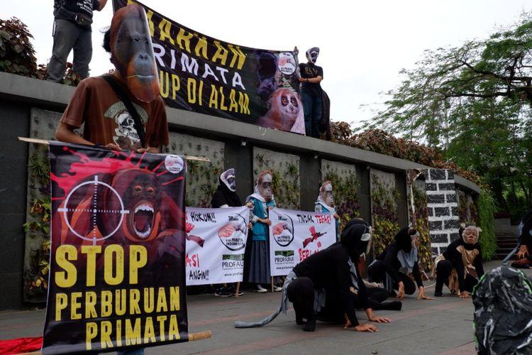 Puluhan aktivis Profauna menggelar aksi sebagai bentuk kampanye stop perburuan primata di Indonesia.