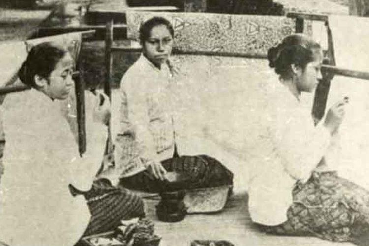 Kartini sedang membatik dengan adik-adiknya Rukmini (tengah) dan Kardinah (kiri).