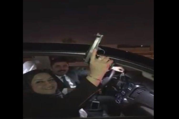 Anggota parlemen Irak, Wihda al-Jamili, tampak memegang pistol dan mengarahkannya ke udara sebelum melepaskan tembakan dua kali.