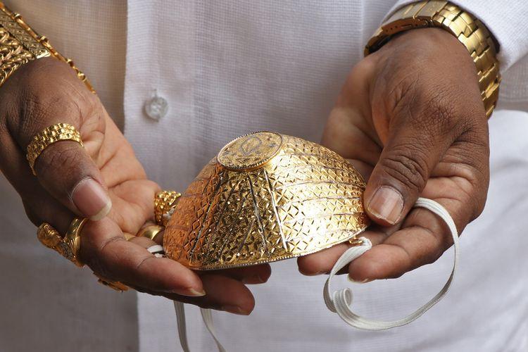 Masker emas yang dibeli pengusaha India bernama Shankar Kurhade (48), harganya 4.000 dollar AS atau sekitar Rp 57 juta (kurs Rp 14.400). Kurhade mengklaim masker emas ini seberat 50 gram. Foto diambil pada 4 Juli 2020.