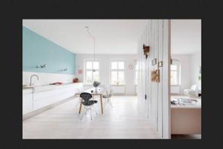 Uniknya, ciri paling menonjol dari apartemen ini hanya dari penggunaan warna putih. Hampir seluruh bagian apartemen ini ditutup dengan cat, furnitur, dan bahan-bahan berwarna putih.