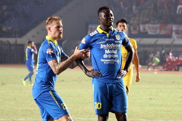 Kevin van Kippersluis (kiri), menenangkan Ezechiel NDouassel (kanan) yang gagal mengeksekusi penalti ke gawang Semen Padang, Rabu (18/9/2019)