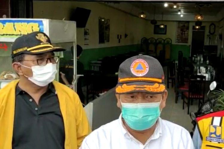 Bupati Simalungun Radiapoh Hasiholan Sinaga (tengah) saat diwawancarai sejumlah wartawan di Jalan Sisingamangaraja, Kelurahan Parapat, Kabupaten Simalungun, Sumatera Utara, Jumat (14/5/2021), sehari pasca-banjir yang melanda wilayah tersebut.