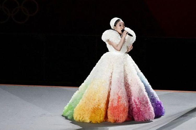 Penyanyi Jepang Misia saat menyanyikan lagu kebangsaan Jepang di pembukaan Olimpiade Tokyo