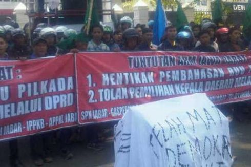Tolak RUU Pilkada, Demonstran Bakar Keranda di Depan DPRD Jabar