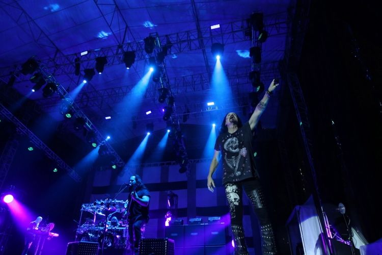 Band Dream Theater tampil di Festival Musik Rock JogjaRockarta di Stadion Kridosono, Yogyakarta, Jumat (29/9/2017). Jogjarockarta juga dimeriahkan band pembuka antara lain God Bless, Roxx, Power Metal, dan Death Vomit. KOMPAS IMAGES/KRISTIANTO PURNOMO