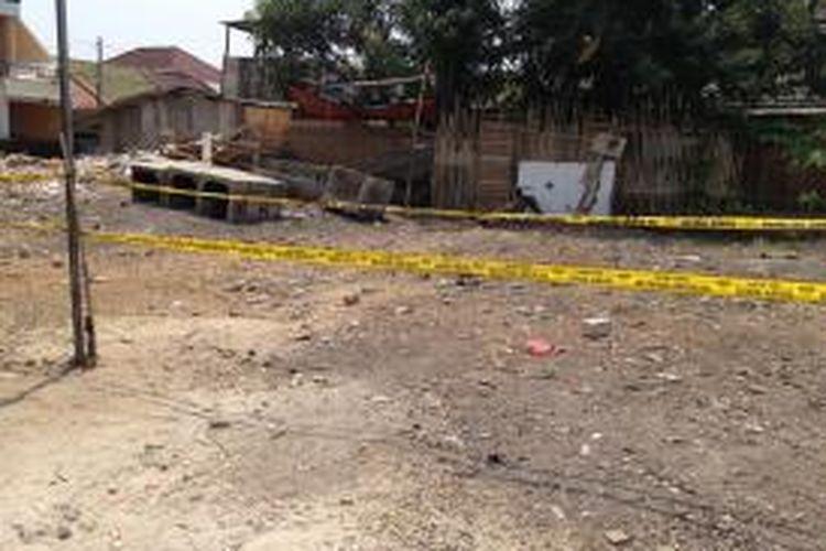 Kondisi lahan kosong yang sebelumnya merupakan bedeng milik Agus (39), tersangka pembunuh bocah perempuan dalam kardus, PNF (9), di RT 04 RW 07, Kelurahan Kalideres, Kecamatan Kalideres, Jakarta Barat, Senin (12/10/2015).