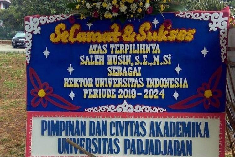 Sebuah karangan bunga menarik perhatian di acara pelantikan Rektor Universitas Indonesia (UI) periode 2019-2024, Rabu (5/12/2019). Karangan bunga tersebut salah menuliskan nama rektor UI.
