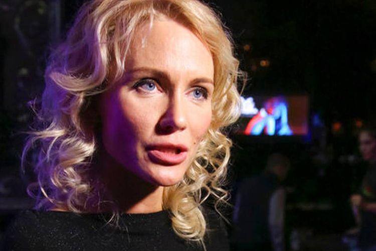 Wartawan Rusia Yekaterina Gordon berbicara kepada media di Moskwa, Rusia. Gordon berusia 37 tahun telah bergabung dengan kelompok yang ingin mencalonkan diri dalam pemilihan presiden bulan Maret.