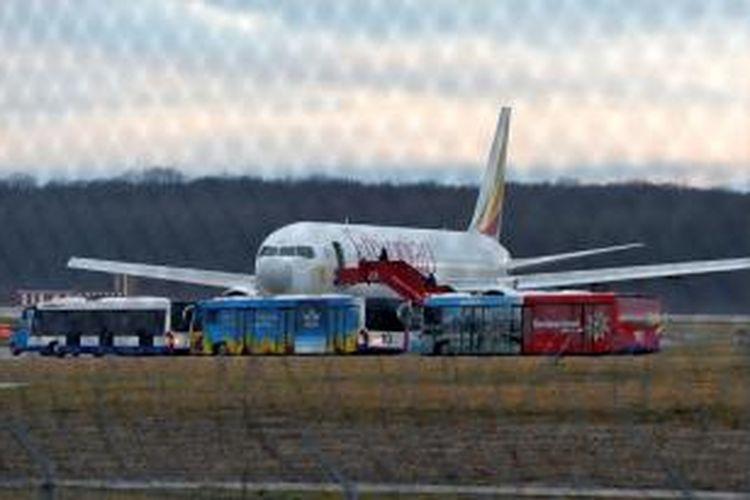 Pesawat Boeing 767-300 milik maskapai penerbangan Ethiopian Airlines dibajak kopilotnya sendiri dan didaratkan di bandara internasional Geneva, Swiss.