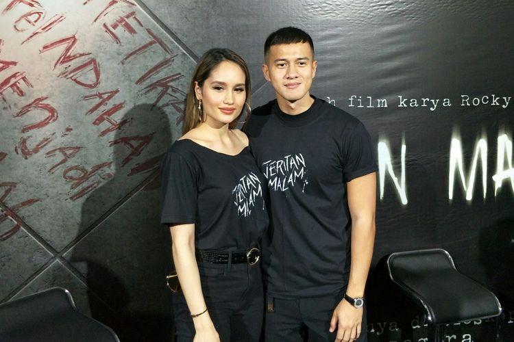 Cinta Laura dan Herjunot Ali saat jumpa pers di toko buku Gramedia, Matraman, Jakarta Timur, Kamis (19/9/2019).