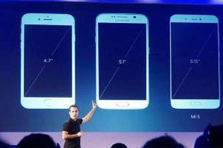 VP Global Xiaomi Huga Barra membandingkan ukuran layar Mi5 dengan iPhone 6s dan Galaxy S7 dalam acara peluncuran Mi5 di Barcelona, Spanyol, Rabu (25/2/2016).