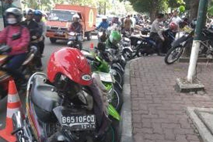 Jejeran sepeda motor yang terparkir di sekitar Pengadilan Tipikor, jalan HR Rasuna Said, Jakarta Pusat, Jumat (9/5/2014).