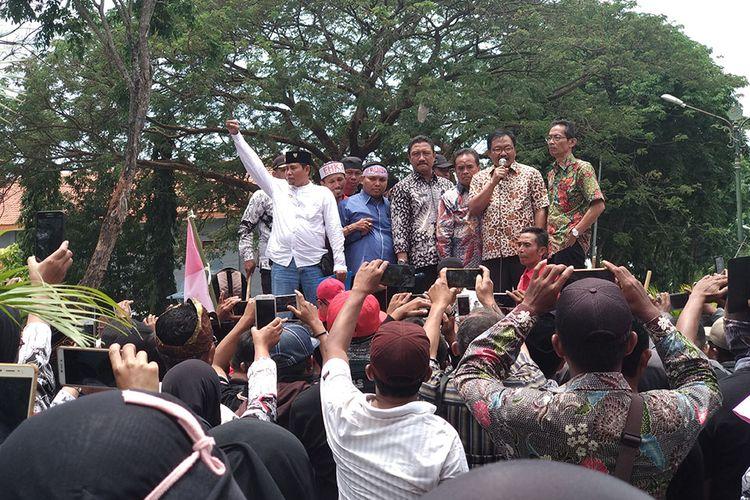 Pimpinan DPRD Pamekasan bersama Sekretaris Daerah dan BKD Pamekasan, menemui ratusan honorer K2 saat berunjuk rasa di depan kantor Bupati Pamekasan, Kamis (20/9/2018).