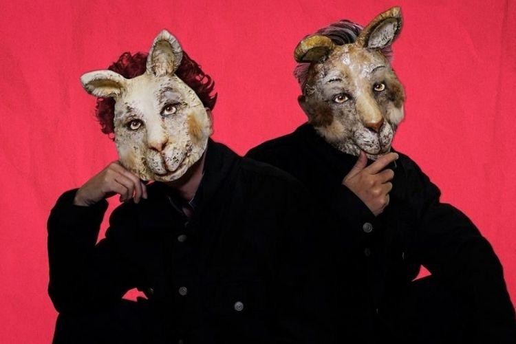 Duo produser Jepang yang khas dengan penampilan bertopengnya, AmPm