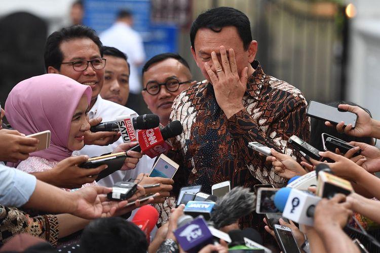 Komisaris Utama Pertamina Basuki Tjahaja Purnama (kanan) didampingi Dirut Nicke Widyawati (kiri) dan Juru Bicara Presiden Fadjroel Rachman (kedua kiri) memberikan keterangan usai menemui Presiden Joko Widodo di Jakarta, Senin (9/12/2019). Presiden memerintahkan manajemen Pertamina untuk meningkatkan pengawasan penyimpangan BBM bersubsidi. ANTARA FOTO/Akbar Nugroho Gumay/ama.