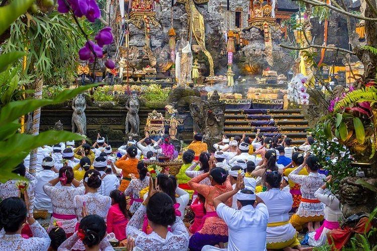 Umat Hindu sedang melakukan upacara keagamaan di salah satu pura di Ubud, Bali.