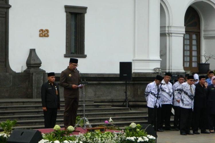 Gubernur Jawa Barat Ridwan Kamil saat berpidato dalam upacara peringatan Hari Guru Nasional di Gedung Sate, Jalan Diponegoro, Senin (26/11/2018).