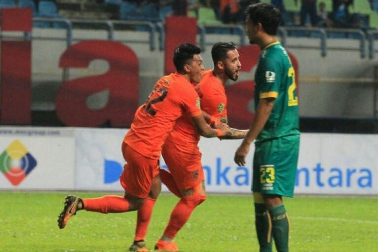 Penyerang Borneo FC, Marlon da Silva, merayakan golnya setelah membobol gawang Sriwijaya FC dalam laga semifinal Piala Gubernur Kaltim 2018, Jumat (2/3/2018).
