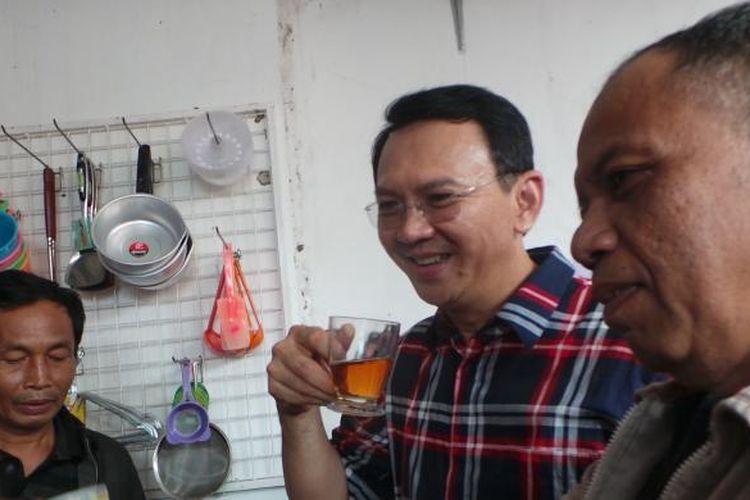 Calon gubernur DKI Jakarta Basuki Tjahaja Purnama ngeteh bersama warga Ulujami, Jakarta Selatan, Kamis (26/1/2017).