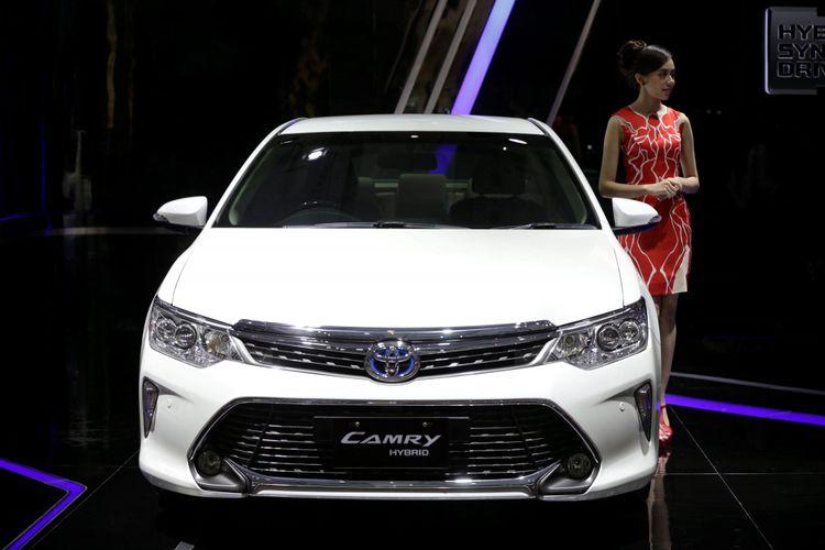 Sales promotion girl berpose di samping Toyota Camry Hybrid saat ajang Indonesia International Motor Show (IIMS) 2017 di JI Expo, Kemayoran, Jakarta, Jumat (28/4/2017). Ajang pameran otomotif terbesar di Indonesia ini akan berlangsung hingga 7 Mei mendatang. KOMPAS IMAGES/KRISTIANTO PURNOMO