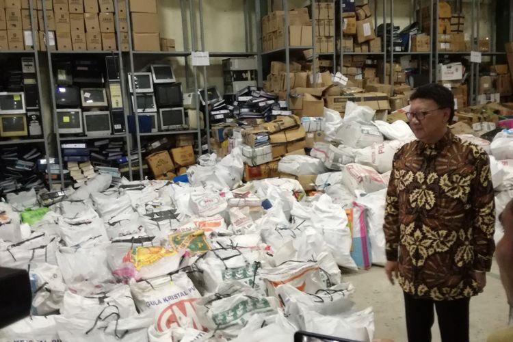 Menteri Dalam Negeri Tjahjo Kumolo meninjau gudang penyimpanan barang inventarisasi Kemendagri di di Jalan Raya Parung No. 21, Kemang, Kab. Bogor, Jawa Barat. Kegiatannya ini dilakukan untuk melihat kondisi gudang pasca peristiwa tercecernya KTP elektronik beberapa waktu silam.