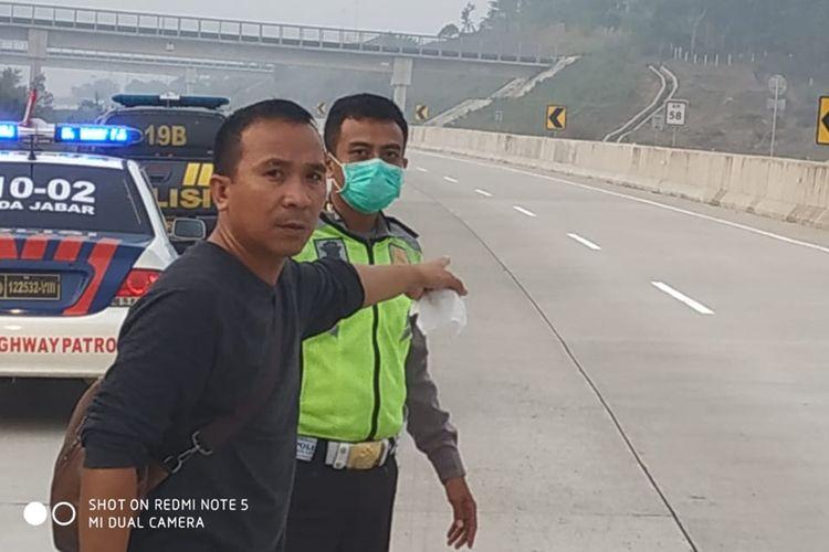 petugas Patroli Jalan Raya (PJR) sedang melakukan evakuasi terhadap jasad laki-laki yang ditemukan di bahu jalan Tol Bocimi, Kecamatan Cigombong, Bogor, Jawa BaratSelasa (17/9/2019) pagi.