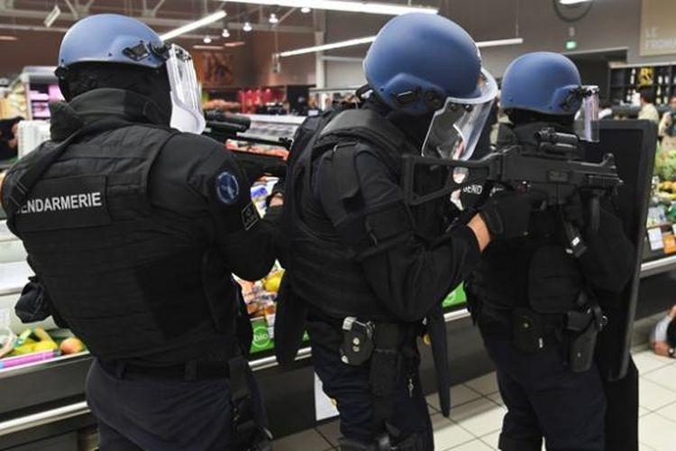 Beberapa personel polisi Perancis tengah berlatih menangani aksi teror.