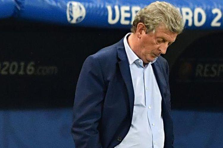 Gerak tubuh pelatih tim nasional Inggris, Roy Hodgson, saat menyaksikan aksi pasukannya melawan Islandia pada pertandingan babak 16 besar Piala Eropa 2016 di Stadion Allianz Riviera, Nice, Senin (27/6/2016).