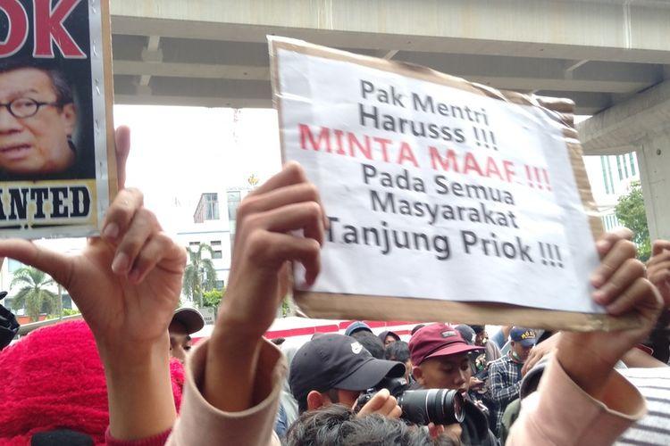 Para demonstran dari kawasan Tanjung Priok di depan gedung Kemenkum HAM di Jalan RA Rasuna Said, Kuningan, Jakarta,  Selatan, Rabu (22/1/2020). Mereka protes penyataan Menteri Hukum dan HAM Yasonna Laoly yang mengaitkan kemiskinan di Tanjung Priok dengan kriminalitas.