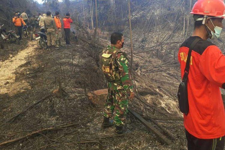 Petugas TNI, kepolisian, Satpol PP dan MPA tengah melakukan pemadaman api kebakaran kawasan hutan lindung Bukit Suligi di Desa Kumain, Kecamatan Tandun, Kabupaten Rohul, Riau, Rabu (21/7/2021).